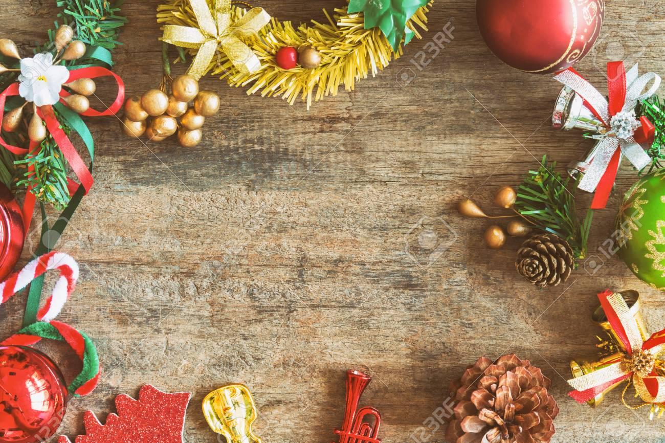Ogni anno la magia del natale riempie si ripete, con tutto il suo carico di gioia, regali e feste in famiglia. Immagini Stock Priorita Bassa Di Tema Di Natale In Tono Vintage Sfondo Di Legno Rustico Per Natale Con Spazio Di Copia Per Il Vostro Disegno La Vecchia Struttura Di Legno Decorata