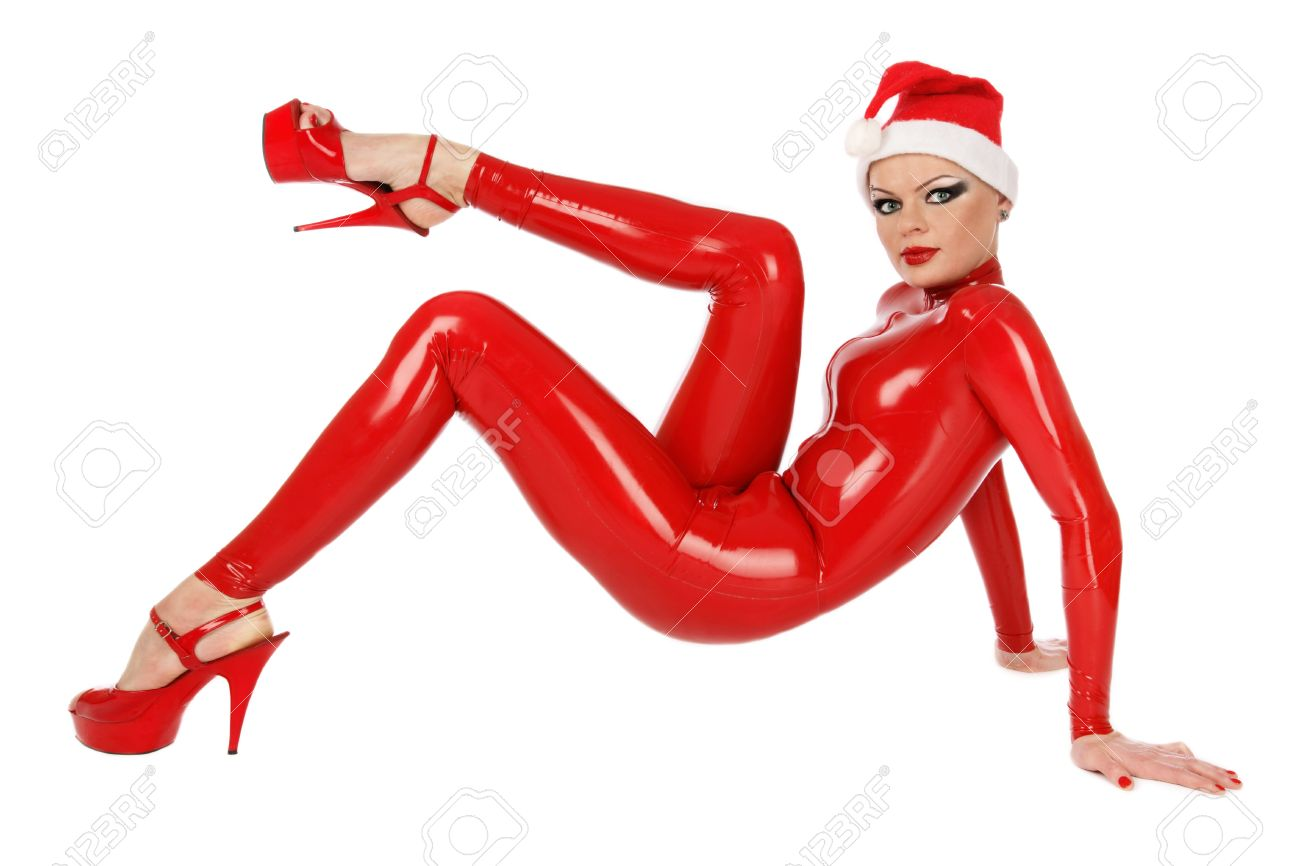 girl im roten latex catsuit und santa hut sitzt auf weissem hintergrund