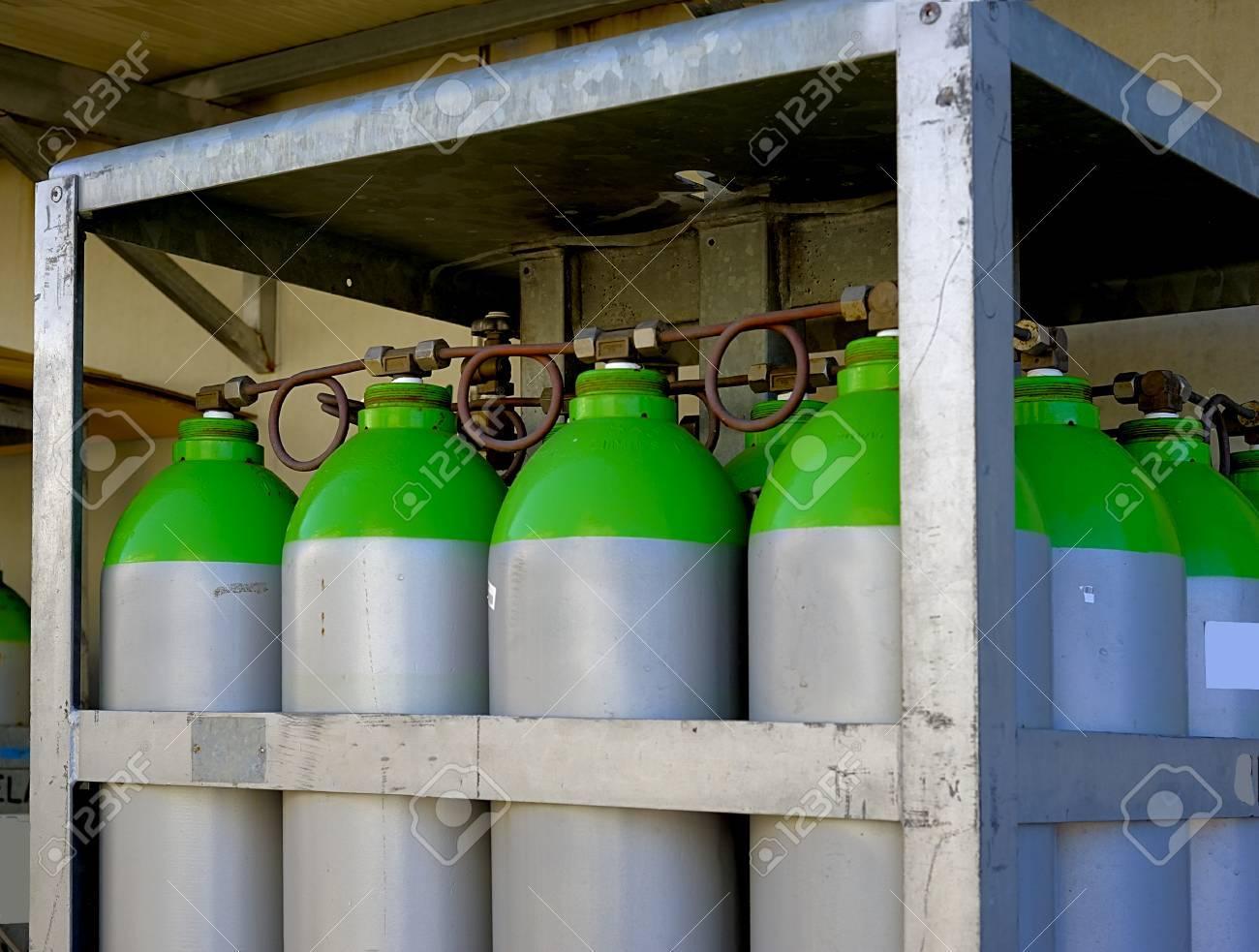 un groupe de bouteilles de gaz industriels dispose dans une armoire a l exterieur d une usine banque d images et photos libres de droits image 50157894