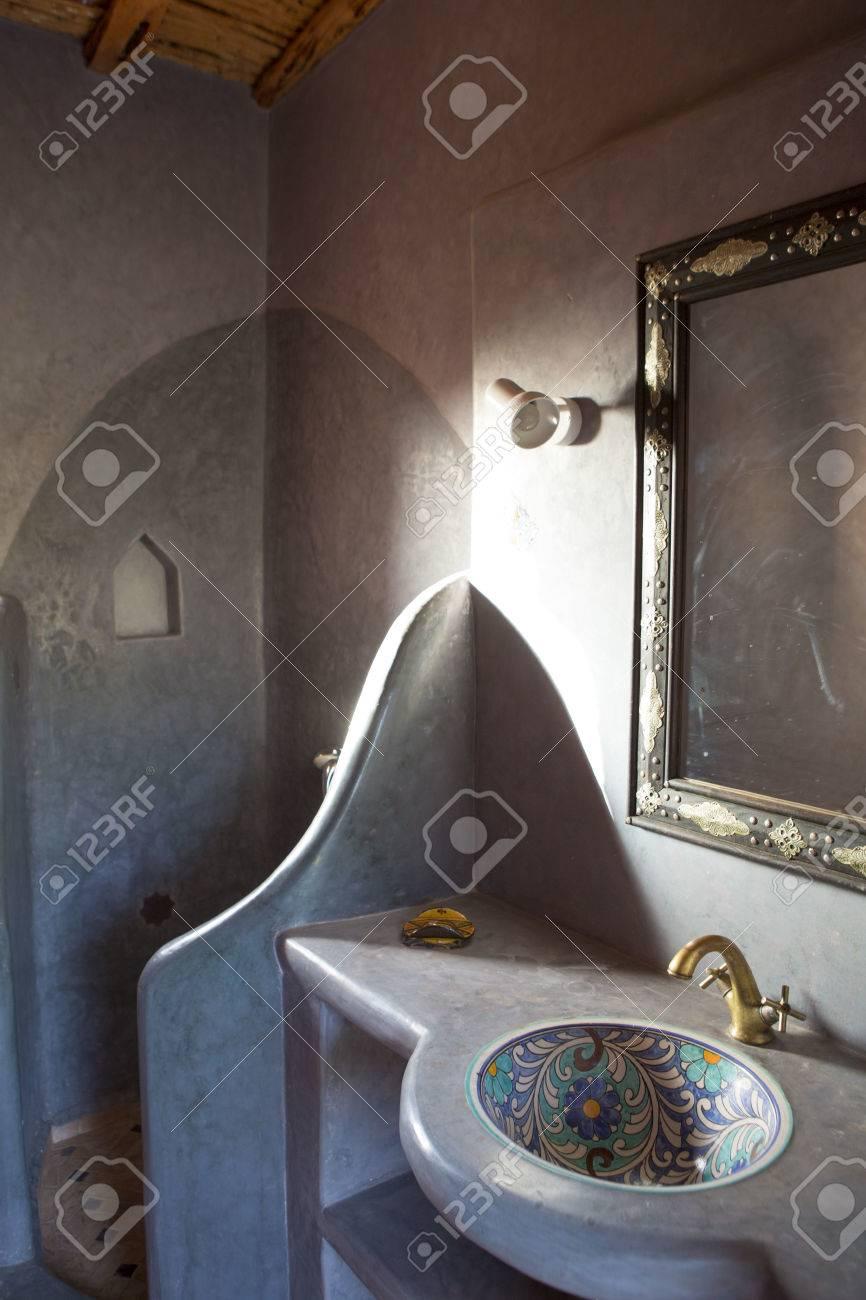 spa d inspiration marocaine et salle de bains au maroc vue de l evier et le miroir avec un equipement d eclairage ci dessus banque d images et photos libres de droits image 42655292