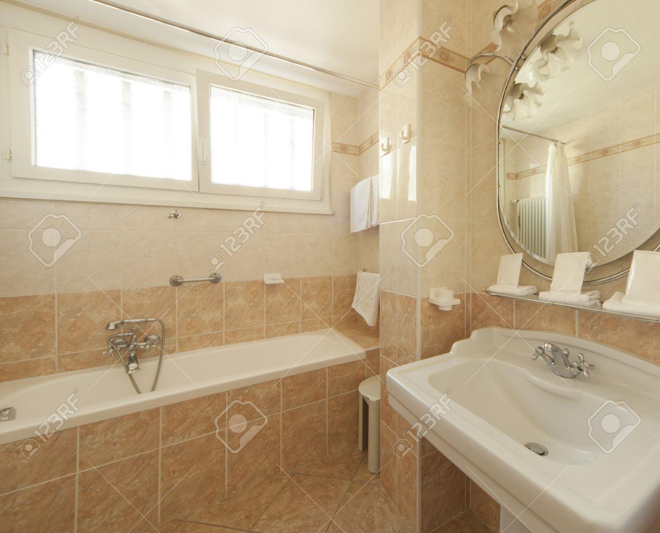 salle de bains avec carrelage beige et decorations banque d images et photos libres de droits image 22549288