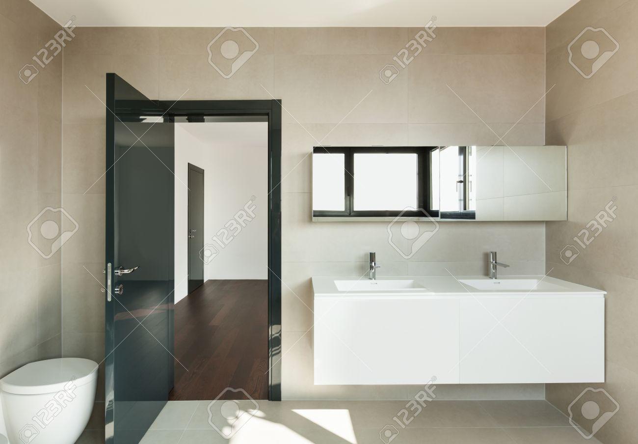 salle de bains moderne de l interieur d une maison neuve banque d images et photos libres de droits image 33234423
