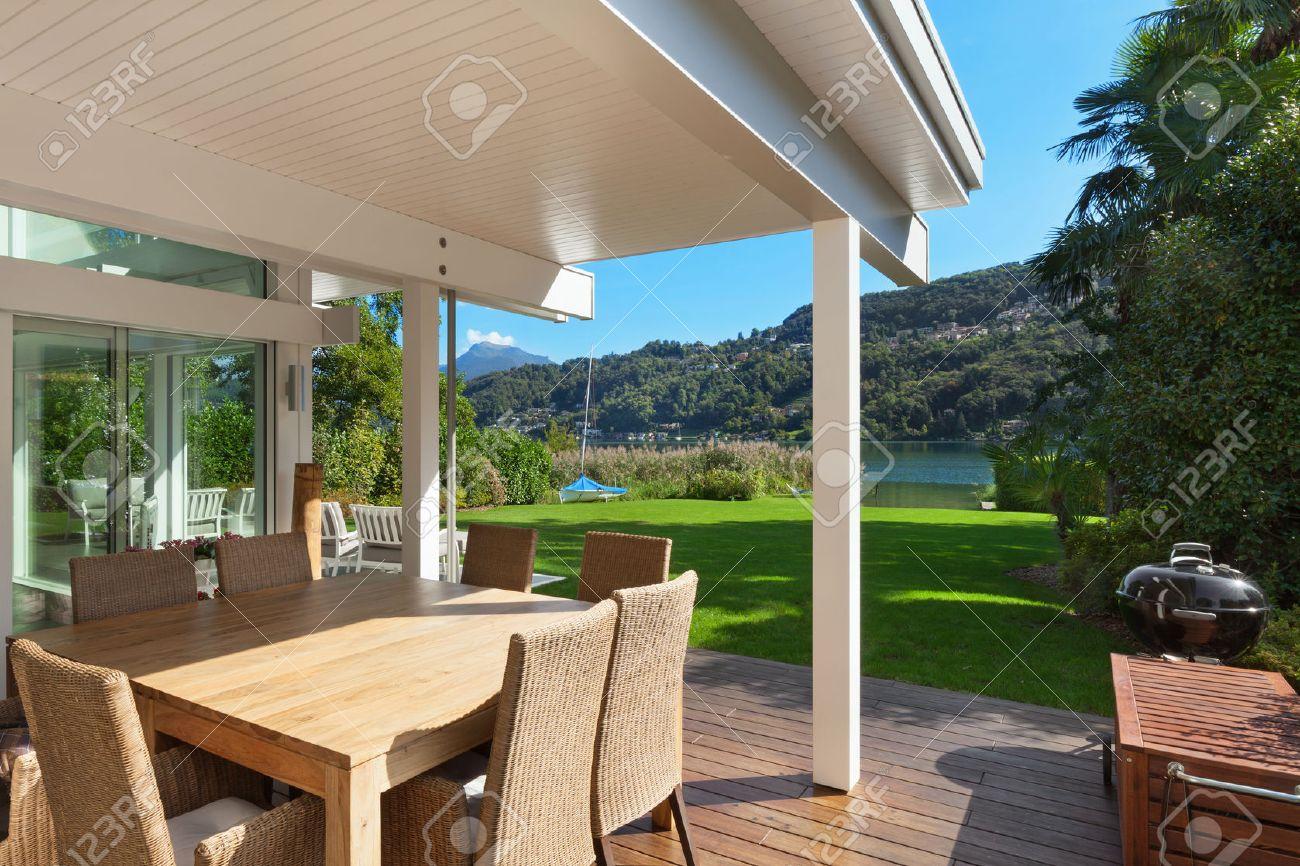 maison moderne belle veranda avec mobilier