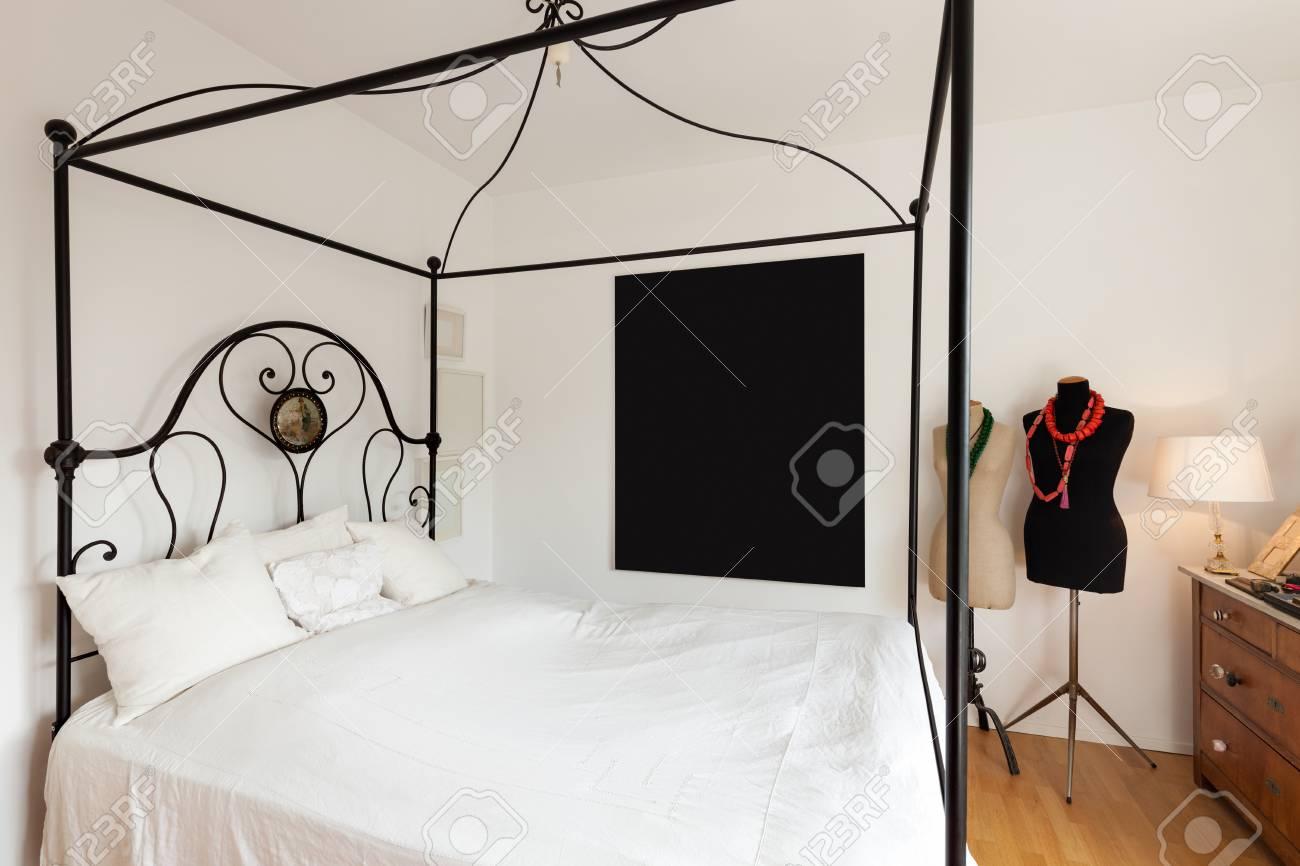 interieur belle chambre avec lit double en fer forge banque d images et photos libres de droits image 64610659
