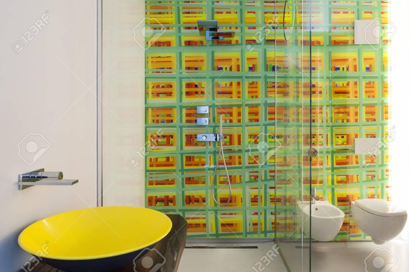 appartement de luxe salle de bain moderne avec lavabo jaune douche et carrelage colore banque d images et photos libres de droits image 81500309