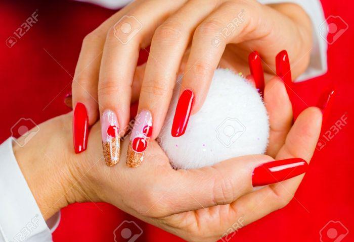 Uñas Decoradas Con Rojo Decoraciones Navideñas Y Tonos Dorados Para