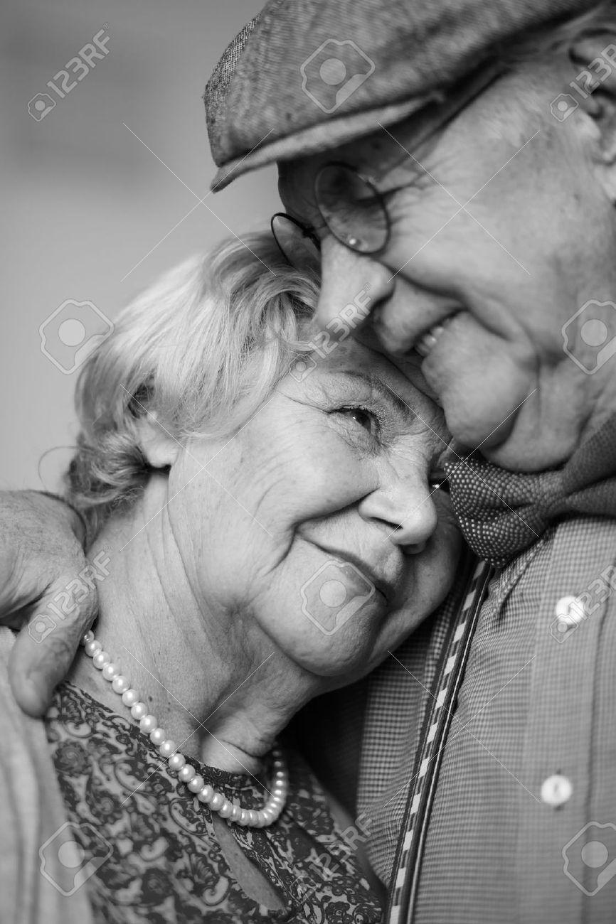 image en noir et blanc de couple de personnes agees dans les vetements intelligents