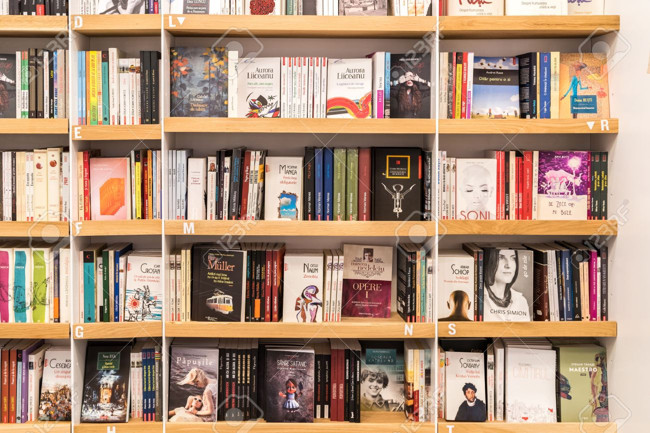 bucarest roumanie 31 mai 2015 celebres classiques litterature livres a vendre sur bibliotheque etagere