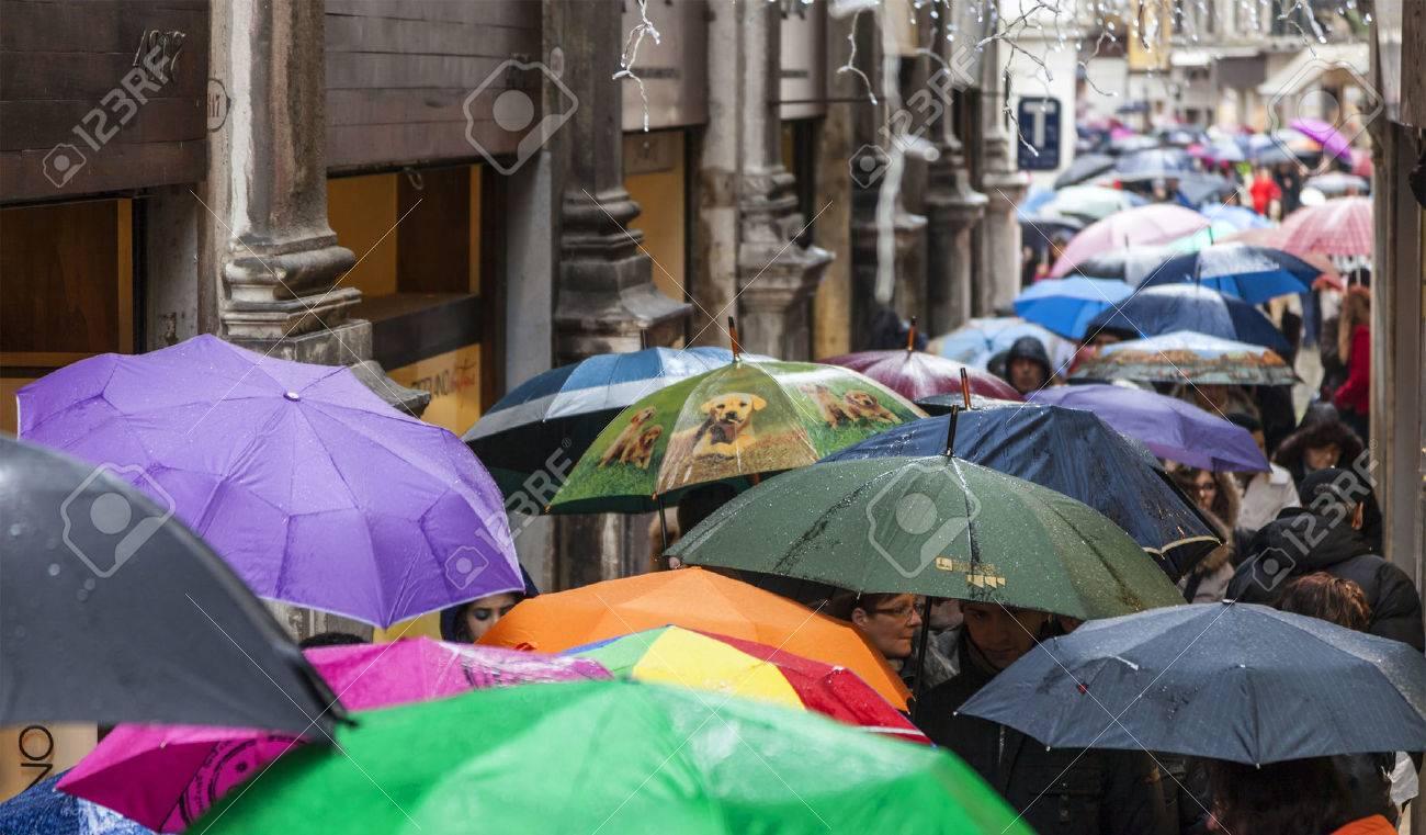 venise italie mars 2 2014 foule avec parapluies sous la pluie dans une rue etroite de venise durant les jours du carnaval de venise