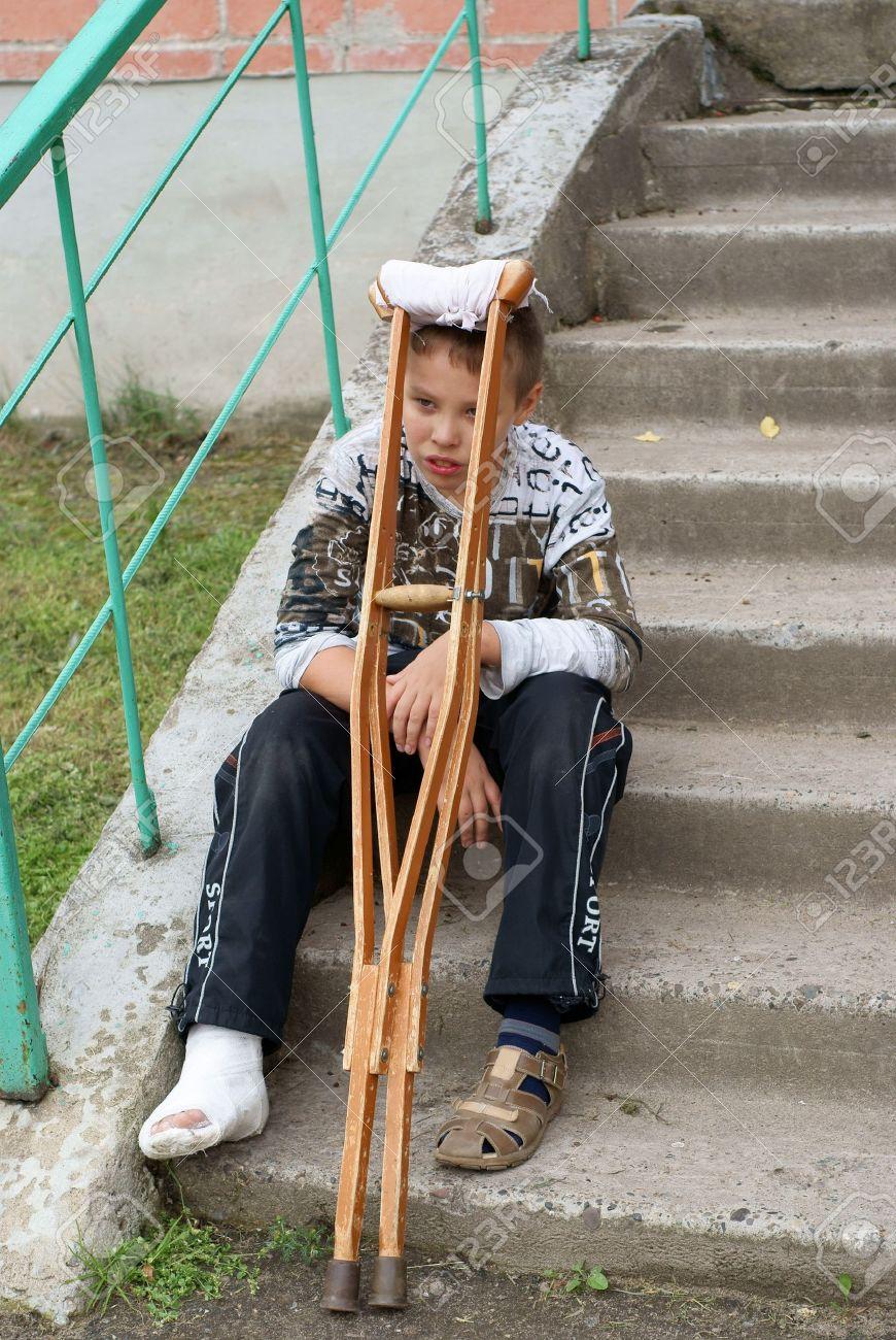 Resultado de imagen para imagenes niño muletas