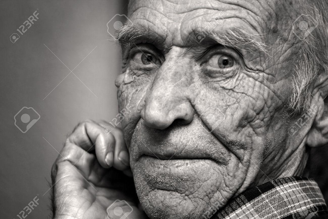 visage de la personne agee dans les rides noir et blanc
