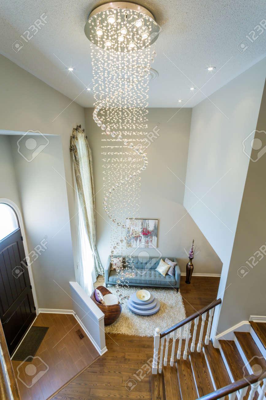 design d interieur de salon moderne avec un grand lustre en cristal