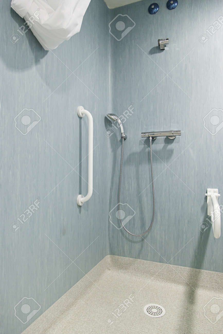 baignoire pour handicape accessible banque d images 34501071