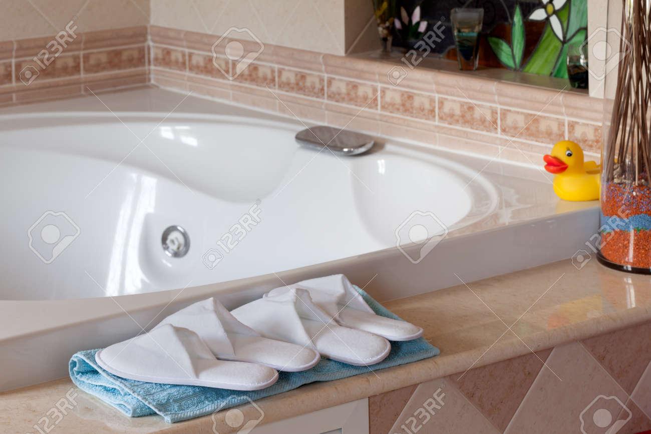 comfy pantoufles de style spa pres de jacuzzi dans la maison salle de bains
