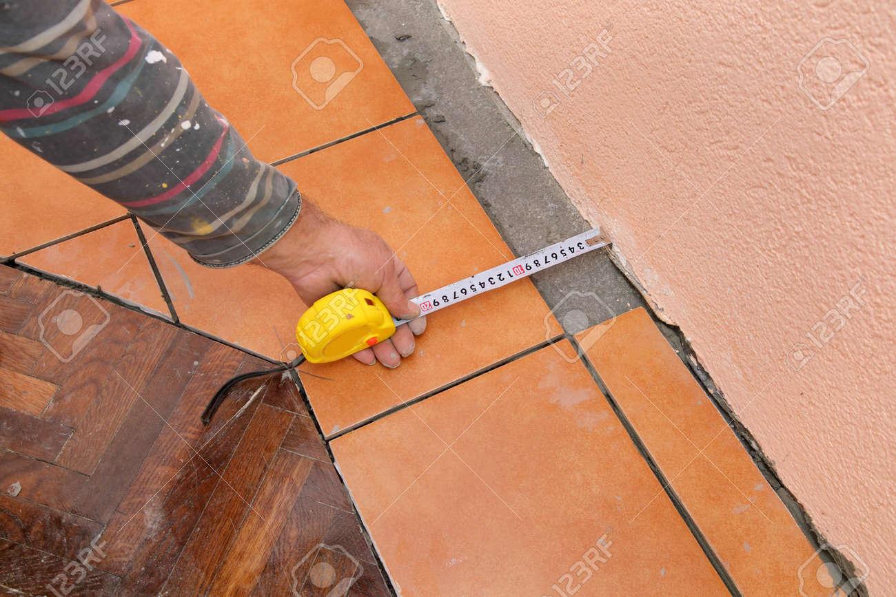 https fr 123rf com photo 23174680 travailleur carrelage de mesure avant la d c3 a9coupe des dalles html