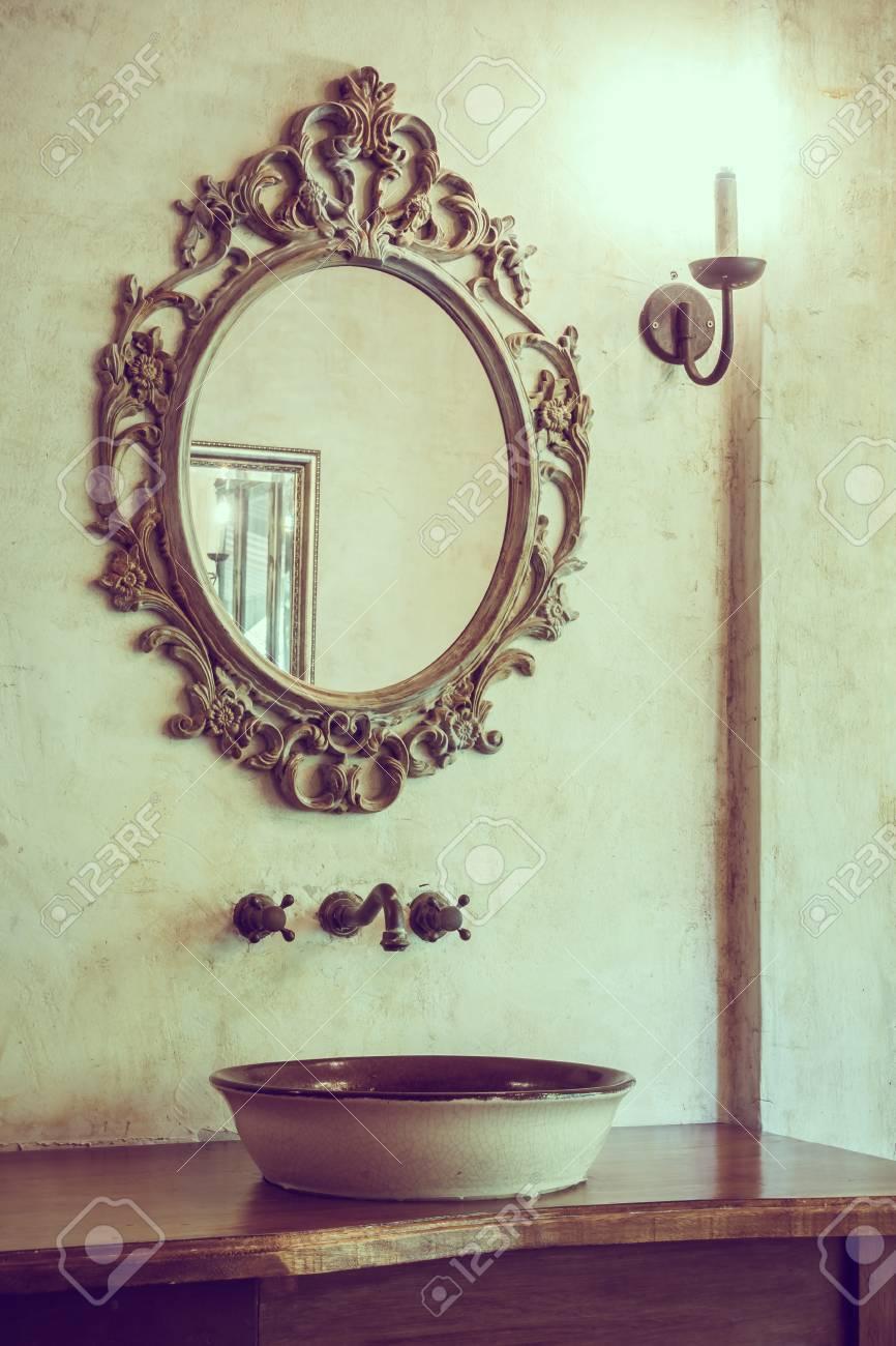 Vintage Decoration De Salle De Bain Avec Robinet Et Miroir Filtre Vintage Banque D Images Et Photos Libres De Droits Image 51131515