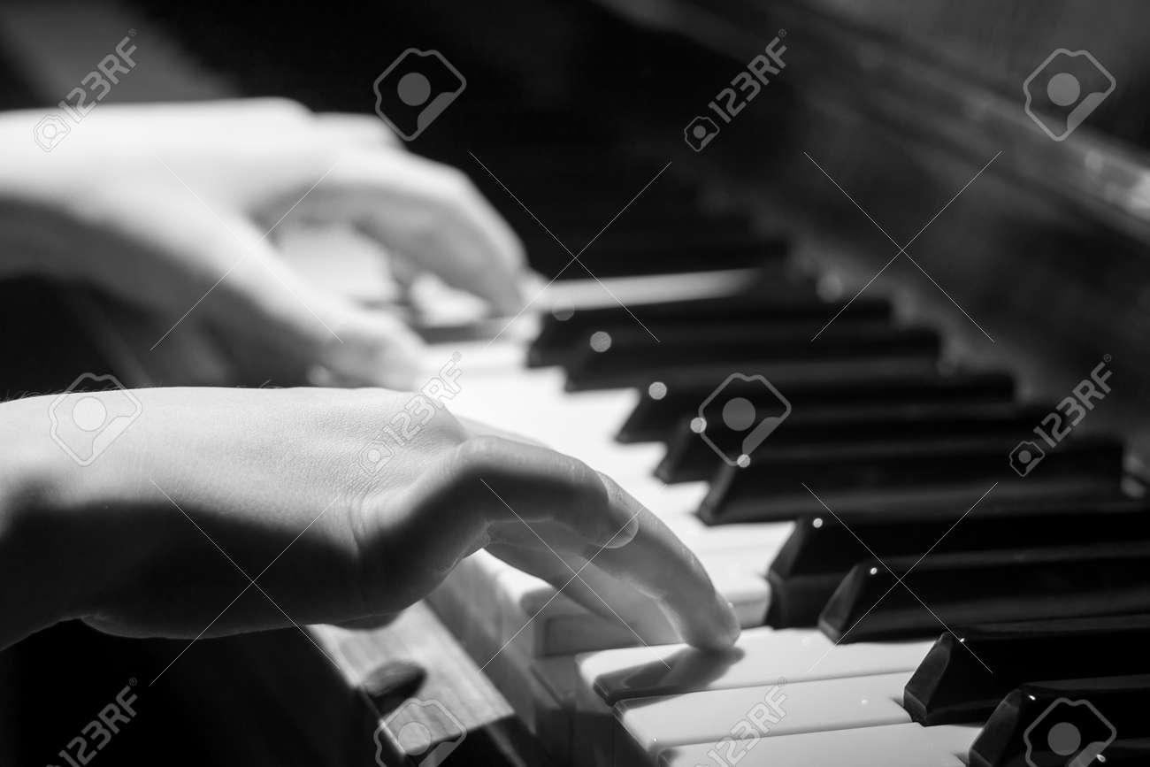 petite fille jouant sur le clavier de piano image noir et blanc avec un accent selectif