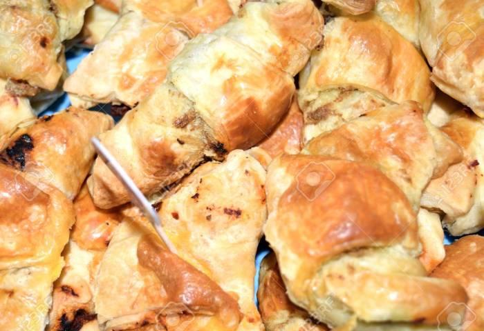 Croissants Salés Fourrés Au Jambon Fromage Et Olives Banque D