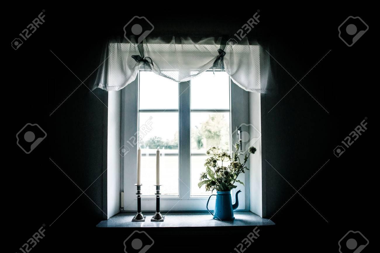 fenetre romantique avec de beaux rideaux et decorations banque d images et photos libres de droits image 23266333