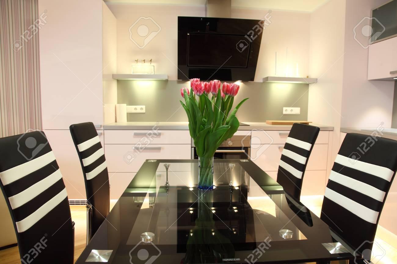 banque d images belle cuisine moderne nordique avec un eclairage moderne et des fleurs fraiches