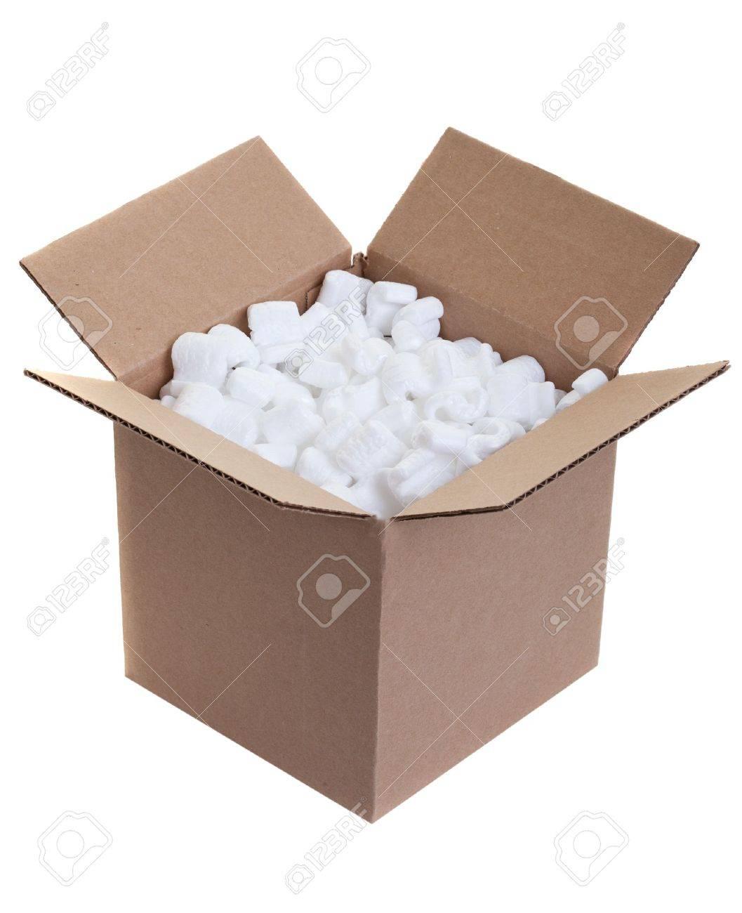 boite en carton avec mousse de polystyrene d emballage arachides sur blanc