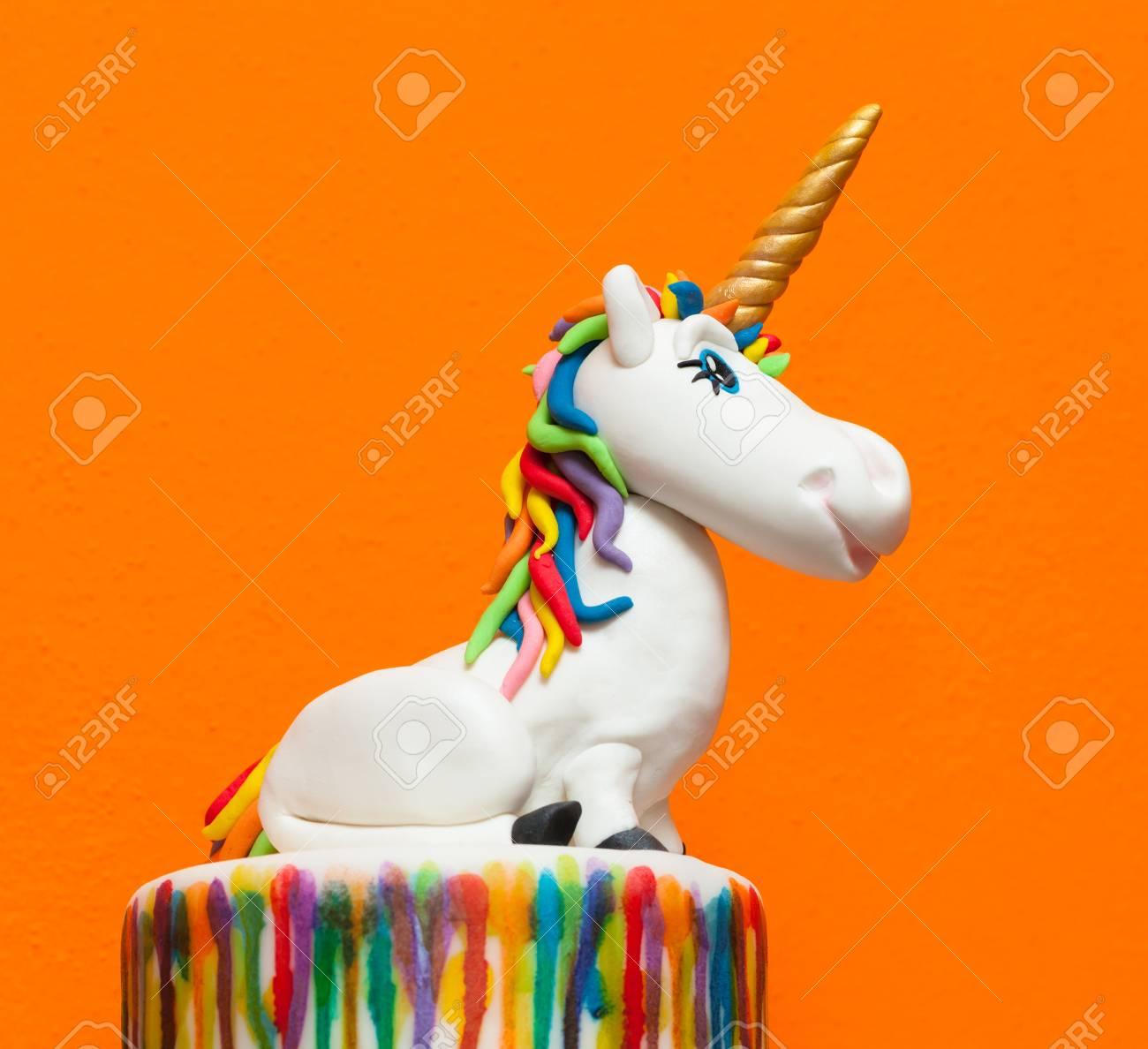 topper gateau de licorne fait avec de la pate de sucre ou fondant banque d images et photos libres de droits image 89112833