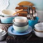 Keramik Und Emaille Geschirr Geschirr Auf Holzernen Hintergrund Pastell Vintage Farben Lizenzfreie Fotos Bilder Und Stock Fotografie Image 85704961
