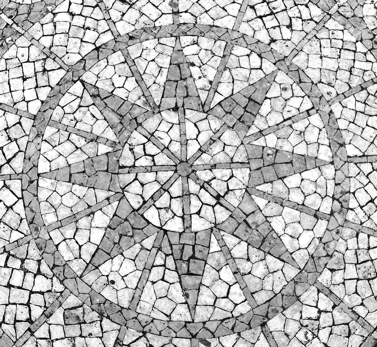 Mosaique Dans Un Trottoir Portugais Mettant En Vedette Une Rose Des Vents Banque D Images Et Photos Libres De Droits Image 6361615
