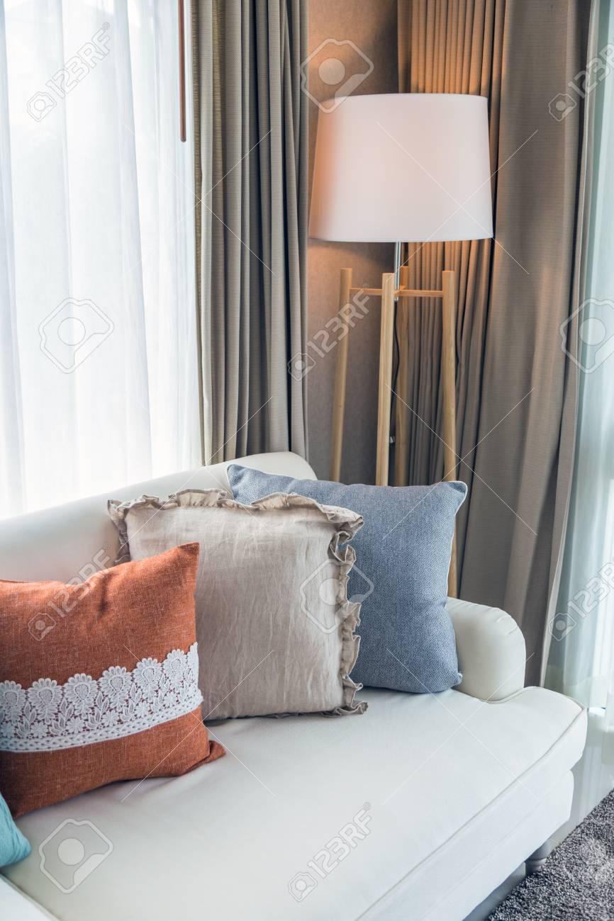 https fr 123rf com photo 97911449 une image int c3 a9rieure verticale du salon avec des oreillers color c3 a9s sur un canap c3 a9 beige et une lampe modern html