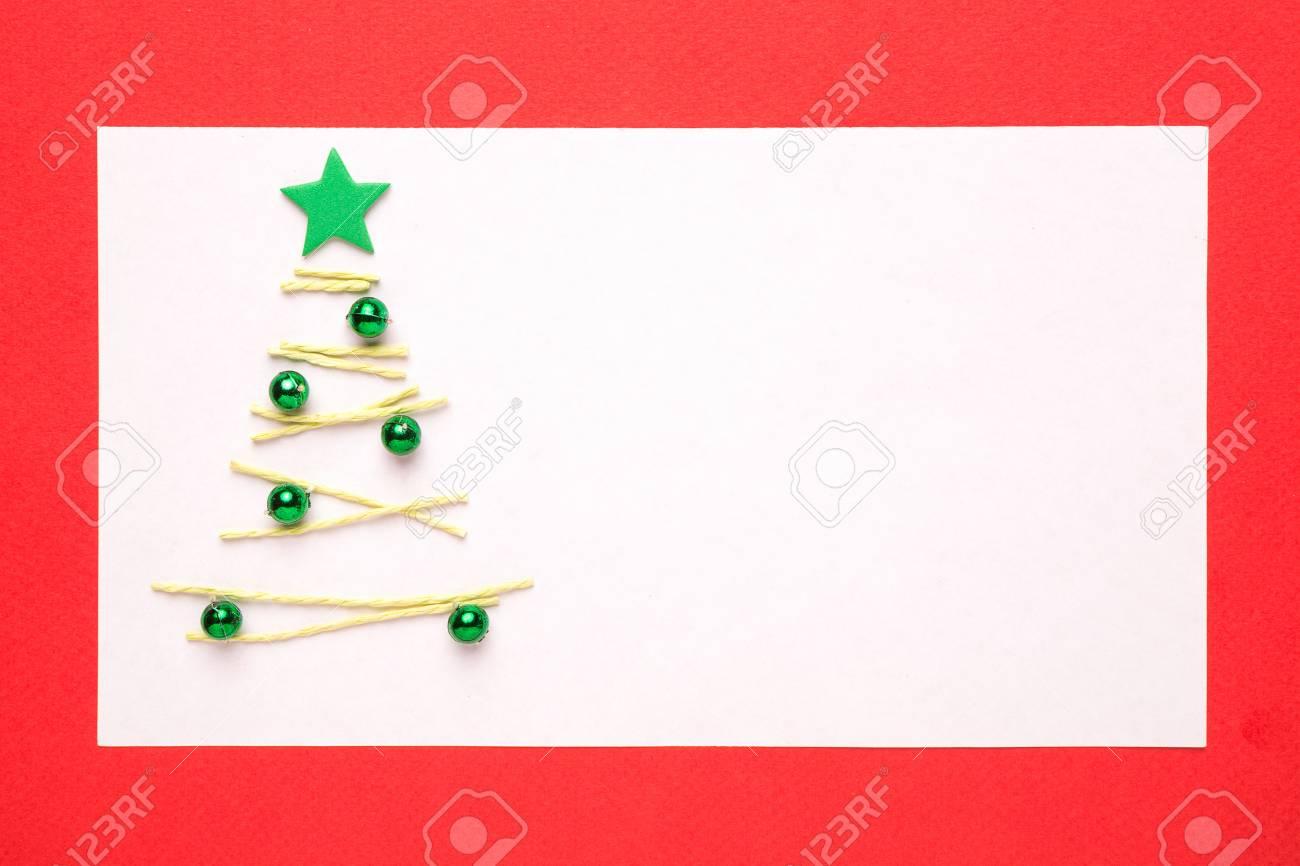carte de noel vierge ou une invitation avec arbre de noel sur fond rouge