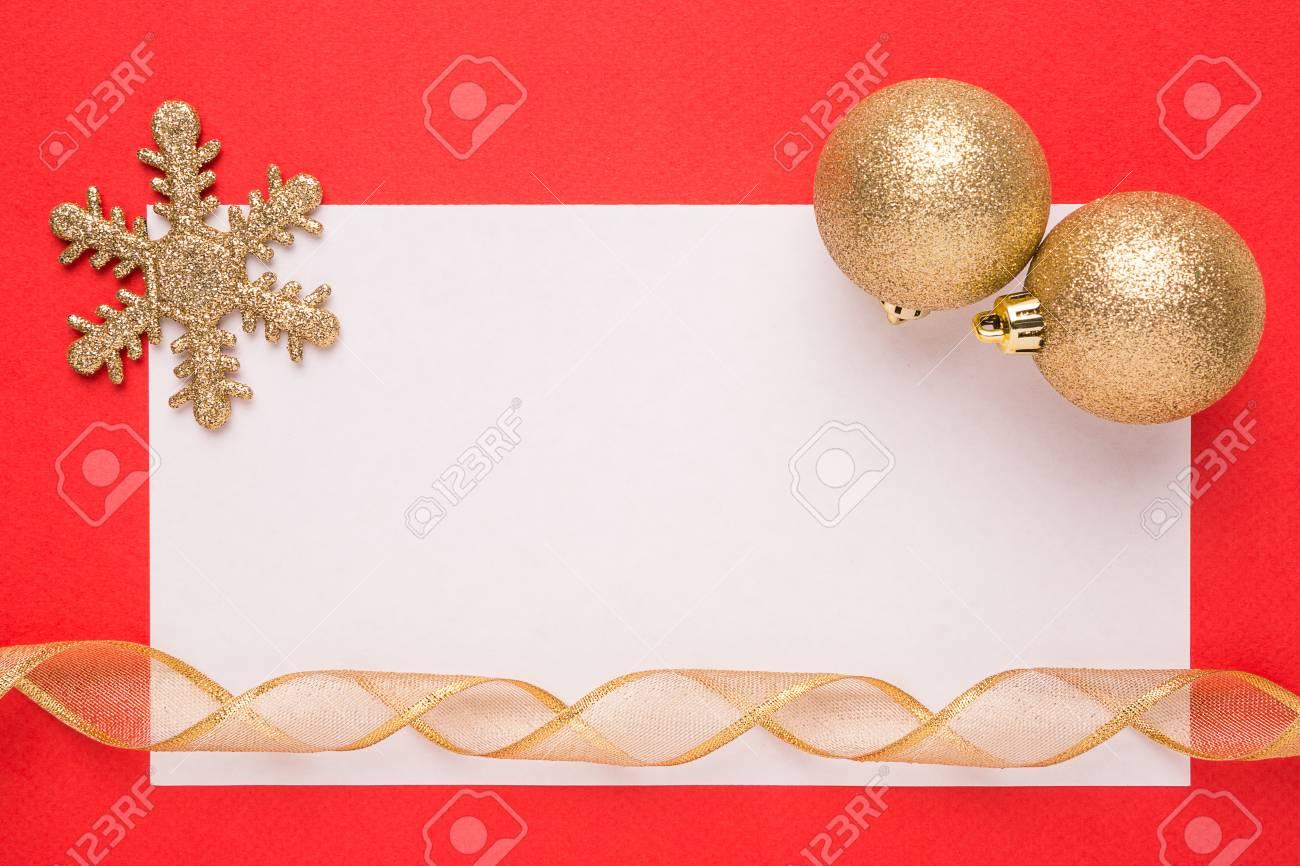 carte de noel vierge ou une invitation avec flocon de neige et boules sur fond rouge