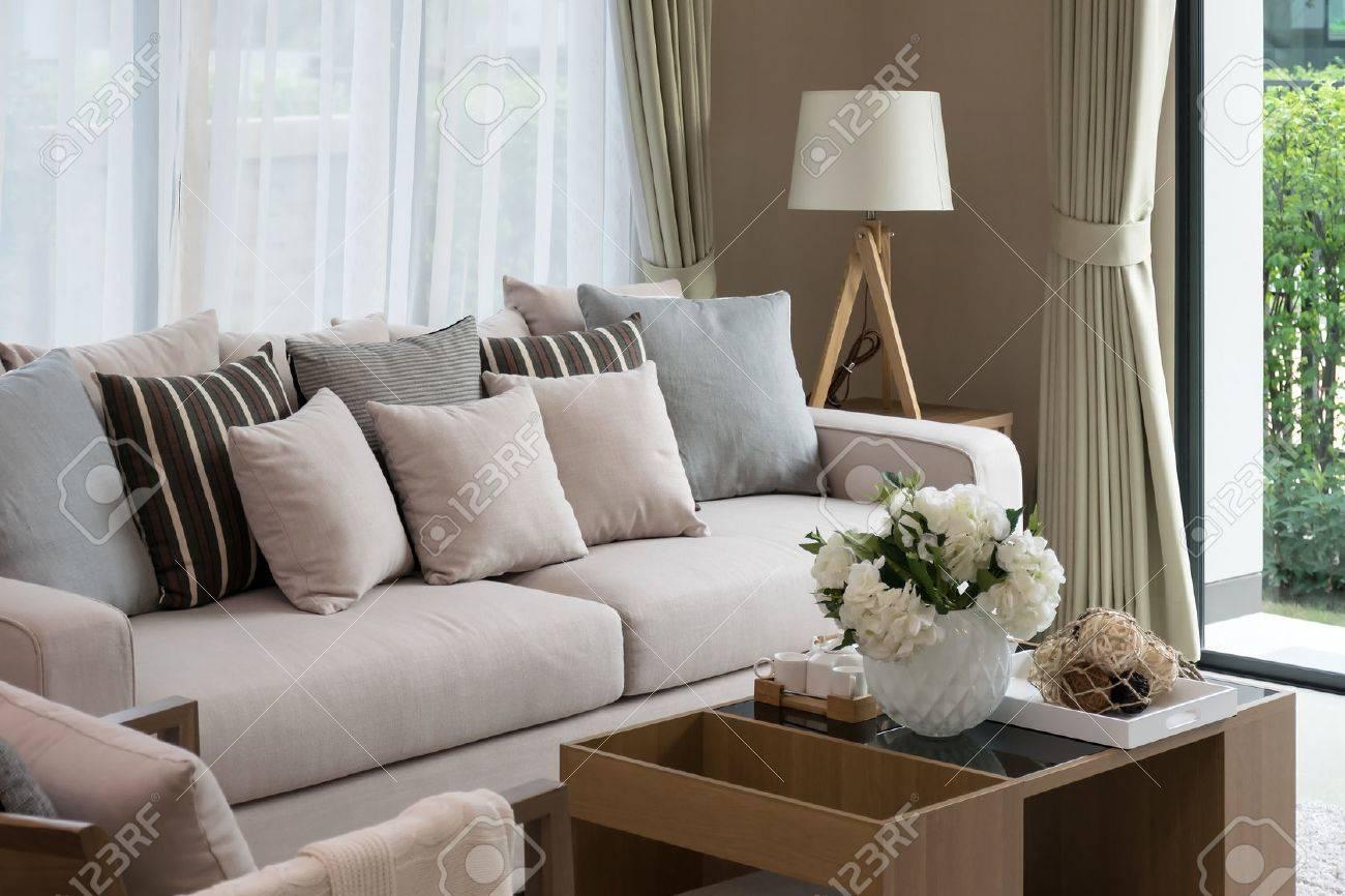 design moderne salon avec canape et lampe en bois