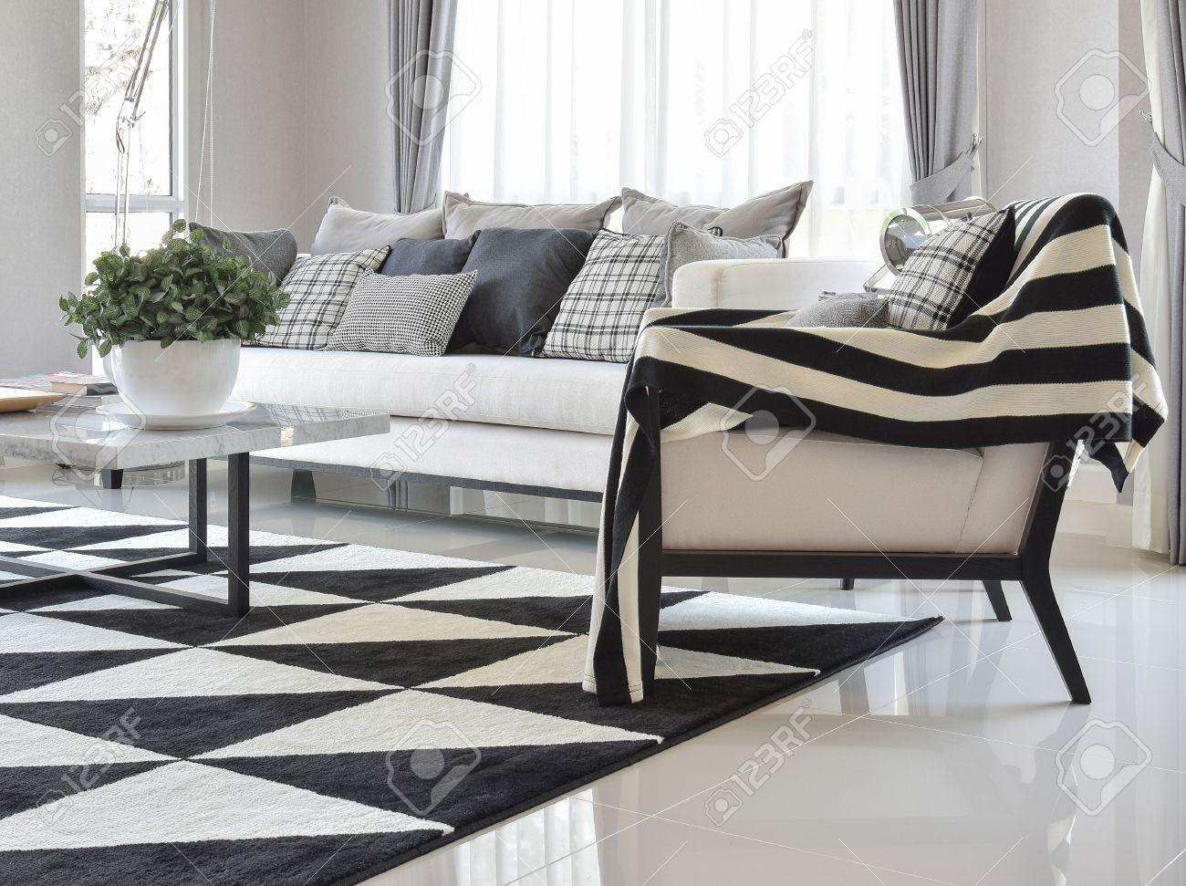 salon moderne interieur avec des oreillers en damier noir et blanc et tapis