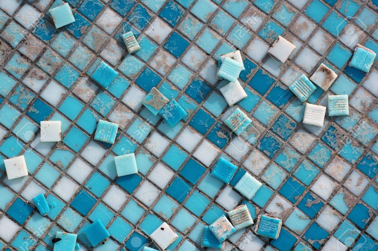 carreaux de ceramique bleu et blanc dans une piscine abandonnee sol sale avec carrelage decolle banque d images et photos libres de droits image 75609064