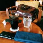 ココマイスターの財布は、おしゃれなカフェの雰囲気にもよく合います