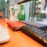 品川駅港南口のワイアードカフェにて、財布とともにペリエを味わう(笑)