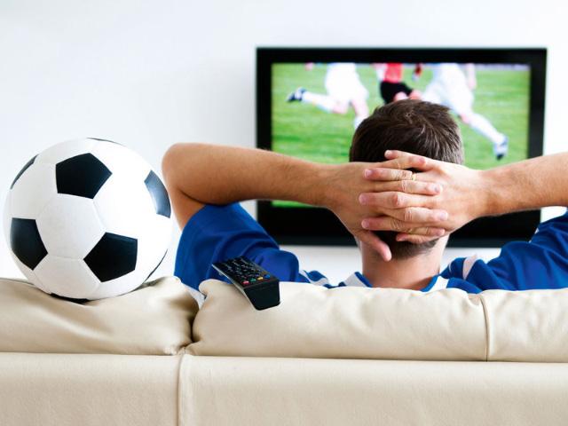 мужчина смотрит футбол