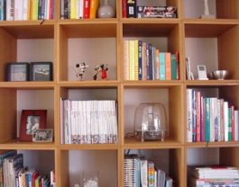 Kids' room decorating tip no 3 - full-length shelve.