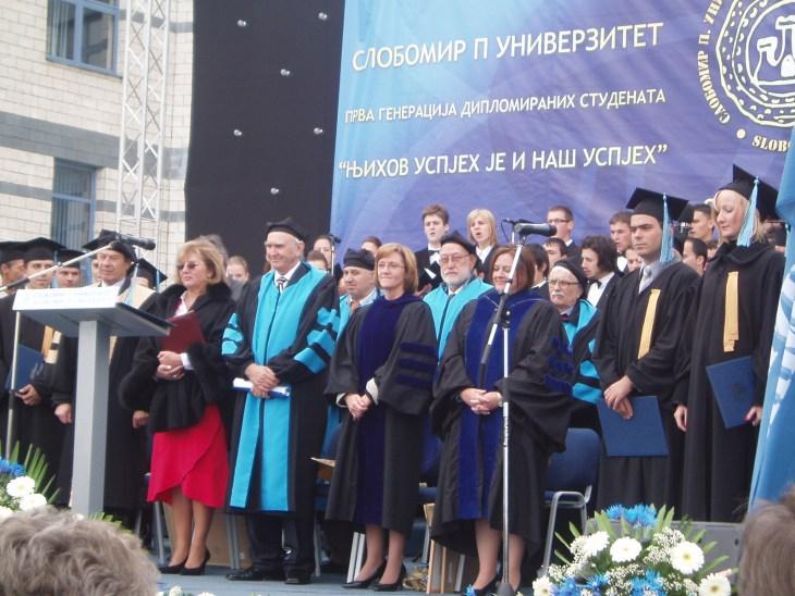 Sa prvom generacijom diplomiranih studenata.