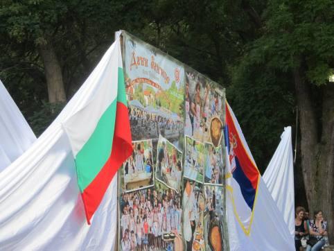 Na bini su se vijorile srpska i bugarska zastava jer su nastupali ansambli iz obe države