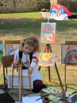 Mala slikarka na likovnoj koloniji