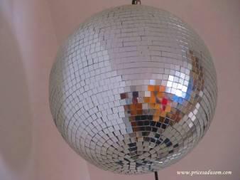 Znajući da u diskotekama voli samo disko kuglu, Amina je Rasimu kupila jednu za njegov 31. rođendan