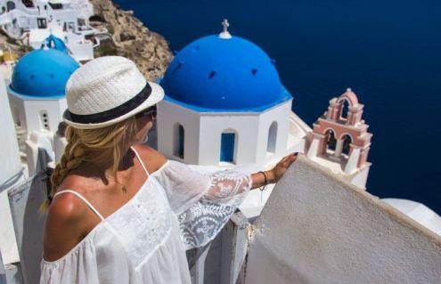 Pre posete Srbiji, bračni par Kolatek bio je u Santoriniju, u Grčkoj, gde su snimili dva promotivna videa za dve lepe vile