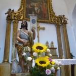 Statue de saint Jean-Baptiste. En arrière-plan, le retable qui évoque le baptême de Jésus