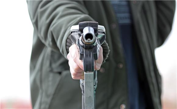 Bez covid potvrde nema ni točenja goriva na crpkama, policija suzavcem i vodenim topom rastjerala prosvjed u Ljubljani
