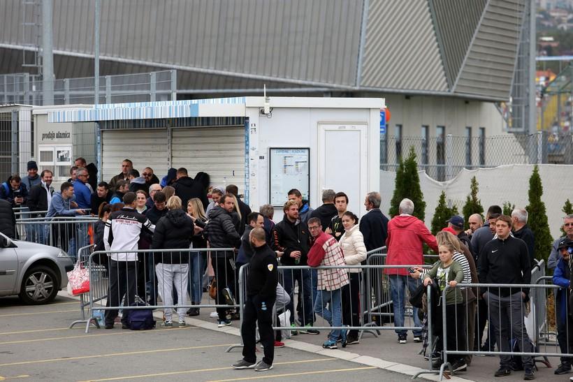 UPORNI NAVIJAČI Od 5 ujutro čekaju na kupnju ulaznice za Hrvatska – Slovačka