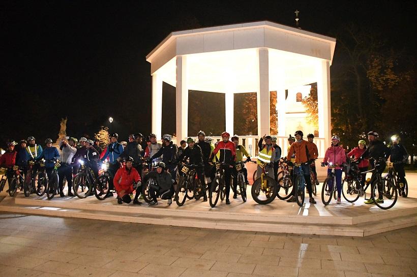 Bjelovar: Članovi biciklističkog kluba proslavili Halloween noćnom vožnjom