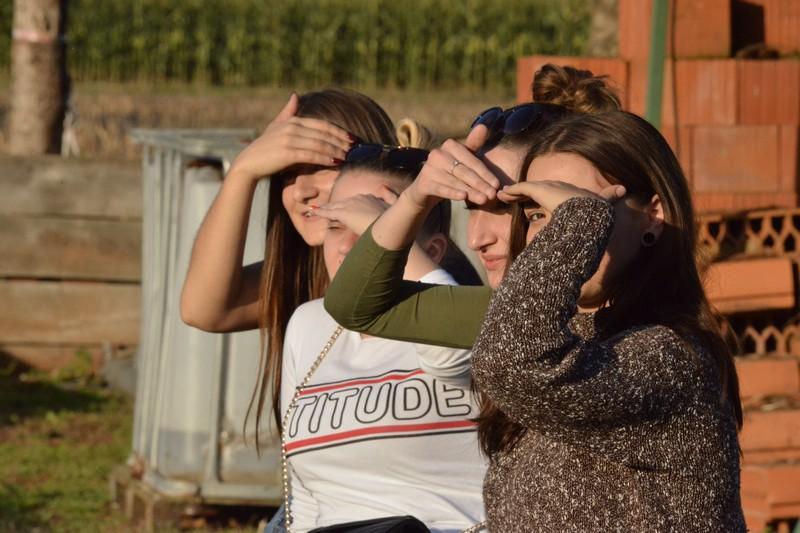 Simpatične djevojke uživaju u sunčanim trenucima