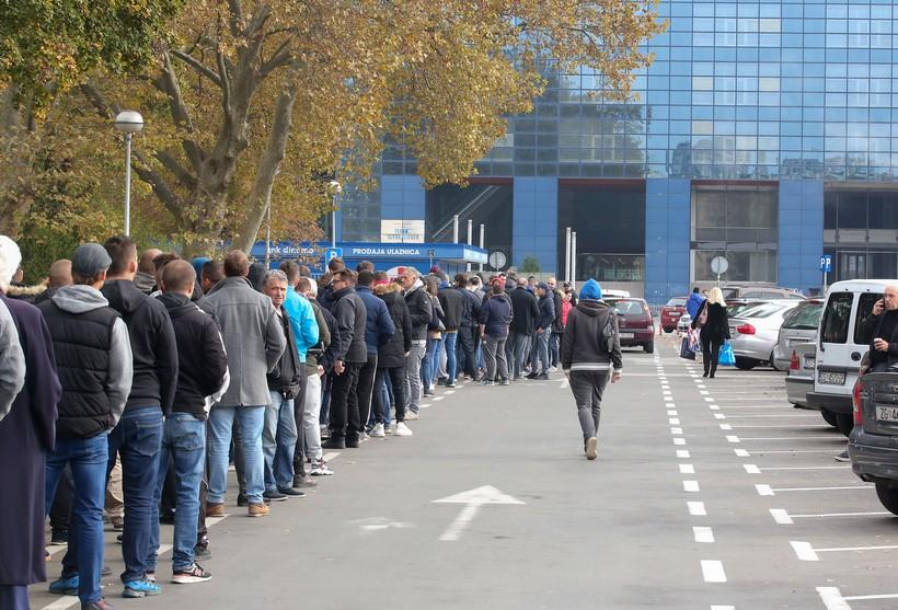 Brojni navijači Dinama čekaju na svoju ulaznicu