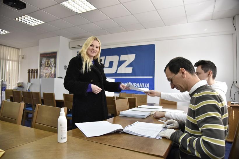 [FOTO] Unutarstranački izbori u HDZ-u // Dezinfekcija na prvom mjestu za nešto više od 1000 članova koprivničkog ogranka